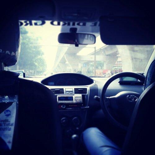 Sopir Taksi dengan Segudang Kisah Misteri (dan Bertabur Komedi)