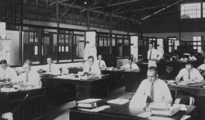 Budak korporasi, buruh pemerintah, pekerja kantoran, atau apalah sebutannya di zaman kolonial memang bergengsi tetapi seiring dengan kemajuan zaman, apakah anggapan masyarakat masih begitu? (Sumber foto: Wikimedia)