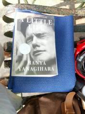 Setelah dilipat, lebar dan panjang mat selisih sedikit dengan buku yang saya bawa. Cukup besar tetapi masih bisa masuk tas punggung dengan mudah. (dok pribadi)